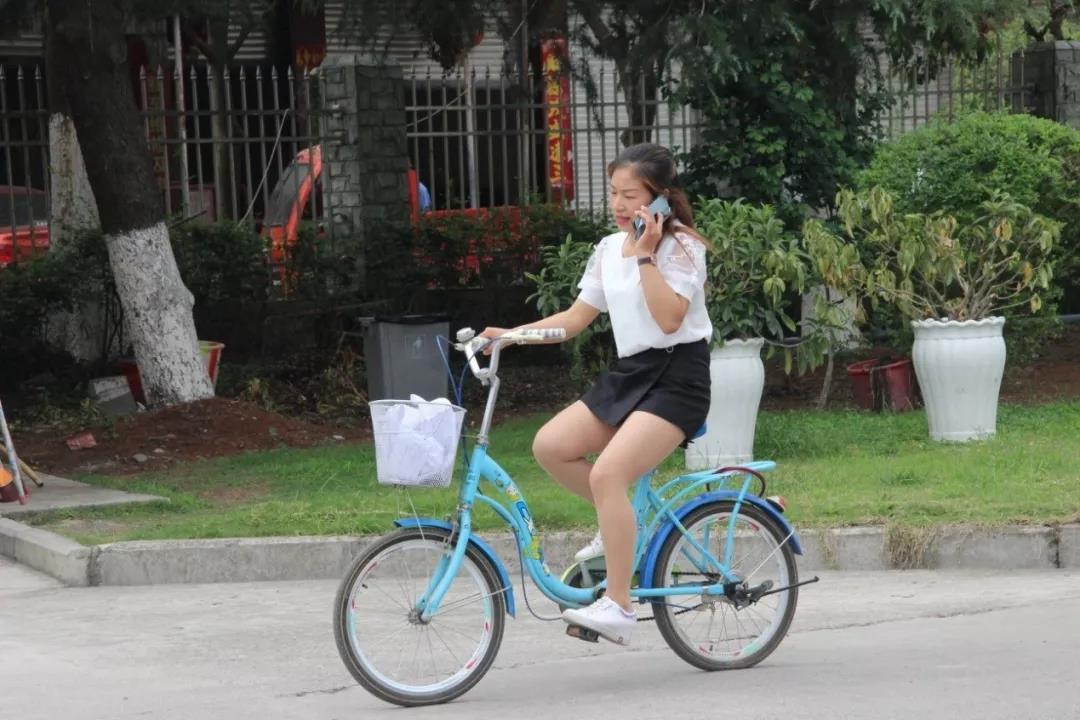 蓝色风景线,她用车轮丈量青春